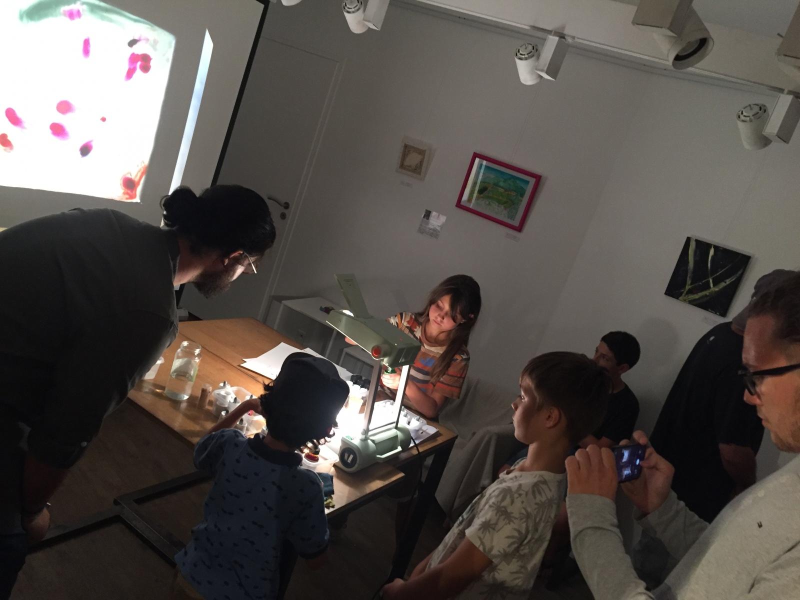 Les enfants découvrent l'atelier